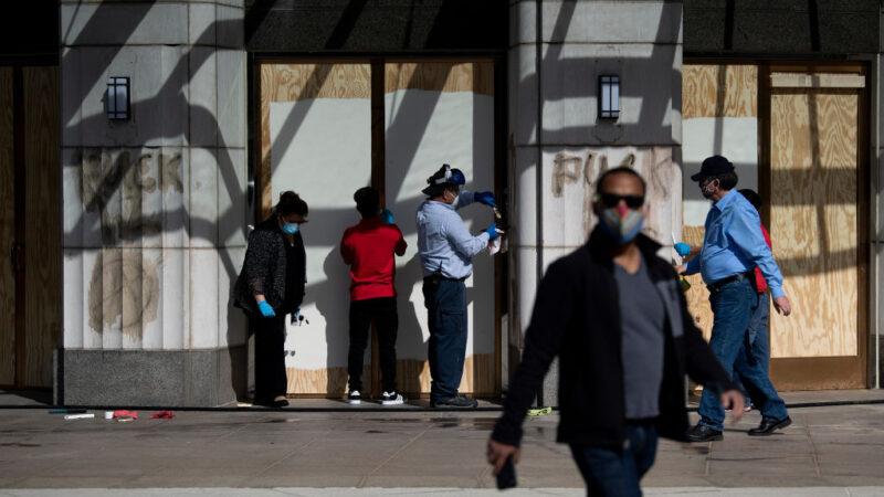 美国多地志愿者 自发清除骚乱者涂鸦