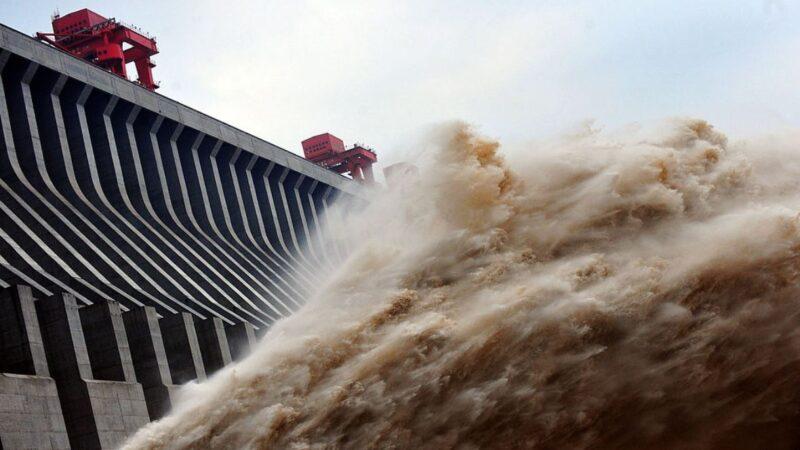 洪水围困中国26省市 长江流域暴雨还要下10天(视频)