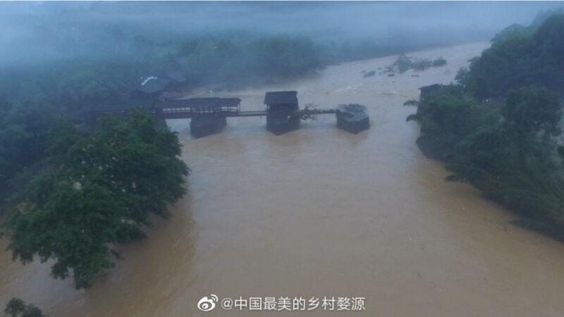 江西800年廊桥被洪水冲毁一半 官称只是皮外伤