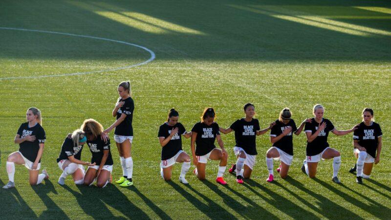队友皆跪 芝加哥红星队女足球员选择站立
