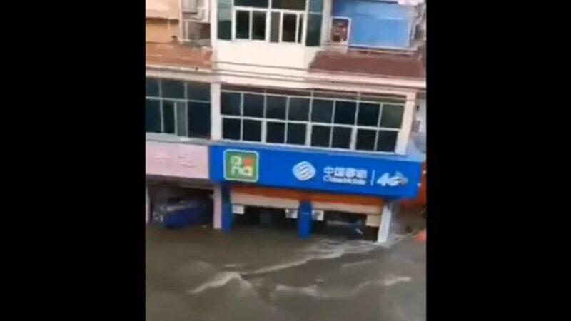 安徽上游水库溃坝 固镇成孤岛 万人被水围困