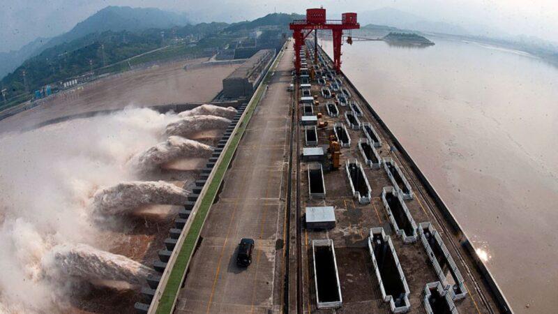 长江2号洪水猛灌三峡大坝  4天后抵达武汉
