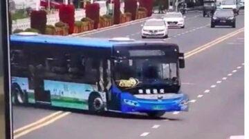 贵州公交冲入水库21死 司机为拆迁户