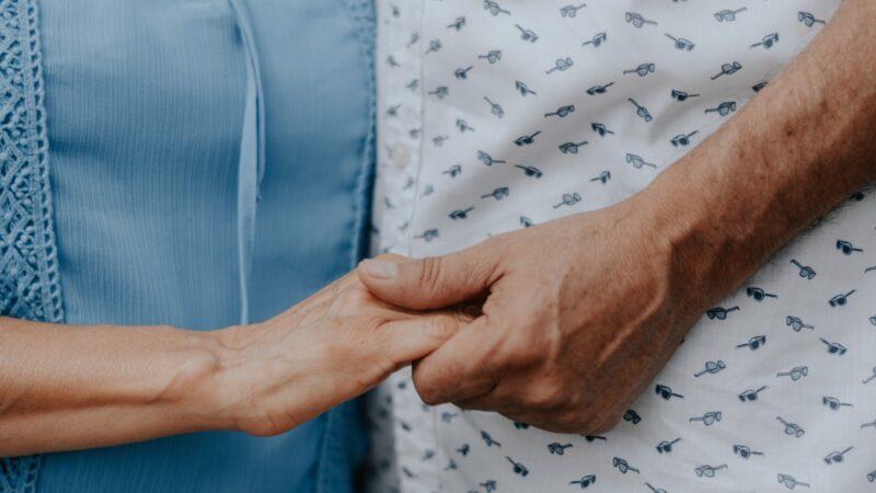 结缡62年老夫妻在病床上手牵手诀别 惹哭众人