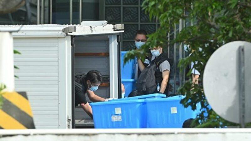 """黎智英父子等9人被捕 警方搜走数十箱""""证物"""""""
