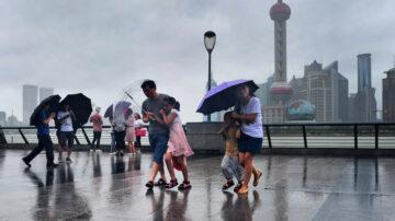 台风过境上海 金山一片汪洋 市民划船出行