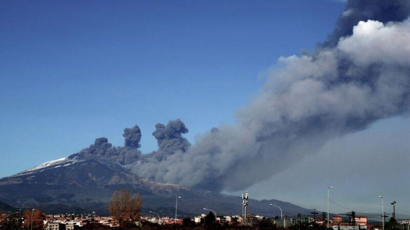 喷发黑色灰云 西西里岛埃特纳火山出现活动迹象