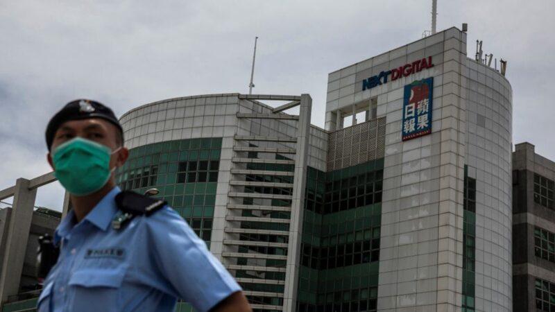 组图:黎智英被押往壹传媒总部 近200警封锁大楼搜查