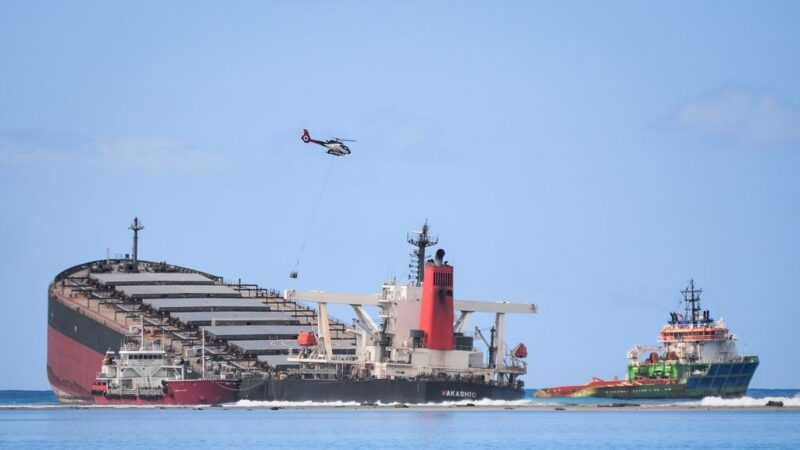 疑为连接Wi-Fi 日货轮驶近陆地触礁漏油酿生态浩劫