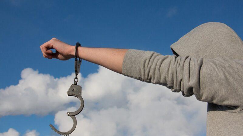 安徽一粮站站长逃亡7年 被抓时正割腕自杀