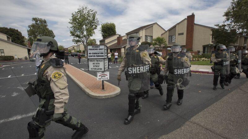 """洛城两警遭致命枪击 示威者阻抢救高呼""""去死"""""""