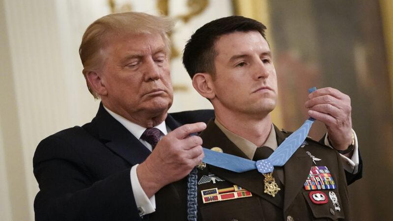 【重播】川普向托马斯·佩恩军士长颁发最高荣誉勋章(同声翻译)