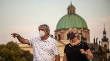抗疫不力捷克卫生部长辞职 全球多城抗议封锁