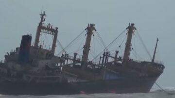 越南豪雨不断 挂台湾旗帜油船搁浅断两截