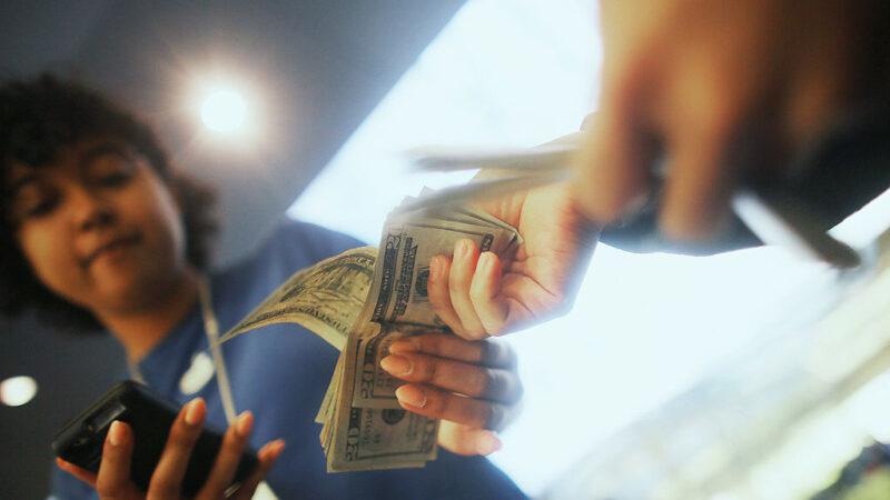 澳洲研究:攝氏20度下 中共病毒在鈔票手機可活28天