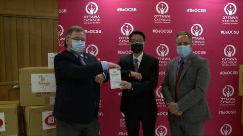 台商捐2萬醫用口罩助加國首都天主教學生抗疫
