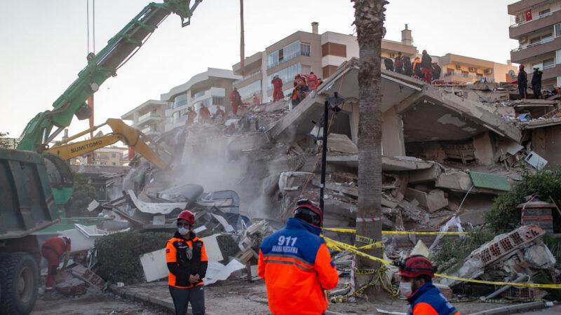 爱琴海7级强震 搜救员瓦砾堆下救出百人