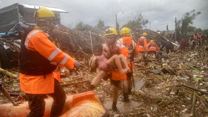 梵高台风横扫吕宋岛 民众受困屋顶求救