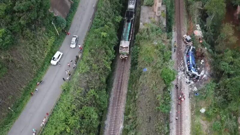 衝出15米高架橋 巴西遊覽車釀14死26傷