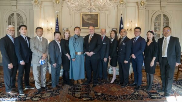 美国国务卿蓬佩奥2020年12月会见多位受中共迫害团体代表。(图/华府法轮功学员代表林晓旭提供)