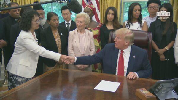 美国总统川普2019年7月,接见受迫害信仰群体代表,听取法轮功学员张玉华诉说受迫害经历、中共强摘器官问题,并握手致意。(图/白宫影片截图)