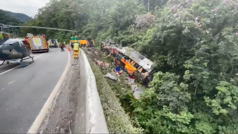 煞車失靈 巴西遊覽車翻車墜落山坳至少19死