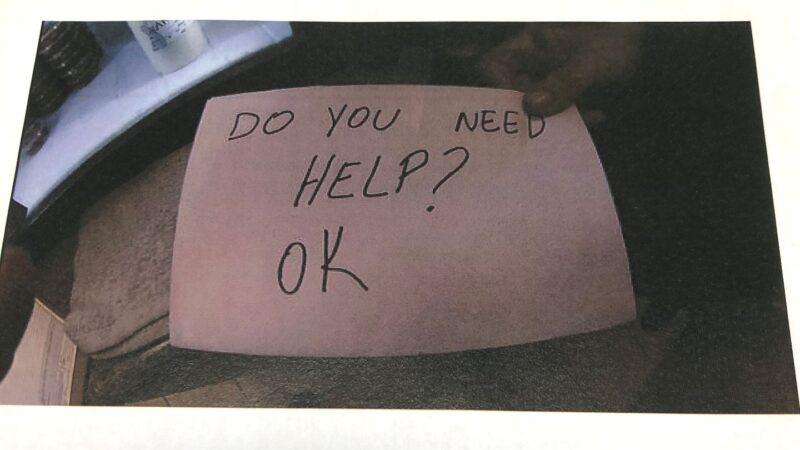 悄悄亮出字条 机警女服务生救出受虐男童