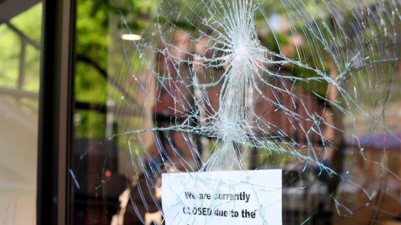 波特蘭「安提法」也反拜登 襲擊民主黨大樓