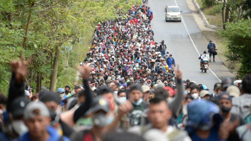 拜登拟让千万非法移民入籍 边境移民大军与警冲突