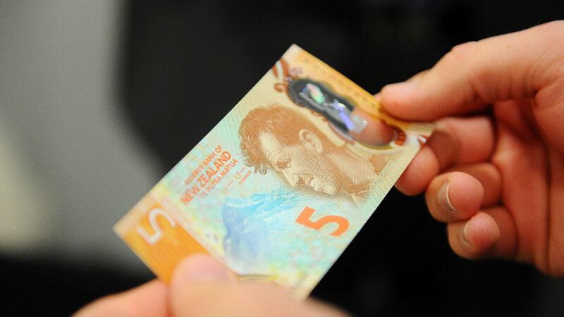 """7岁男童海泳捡到""""橙色破纸"""" 拍出1000美元"""