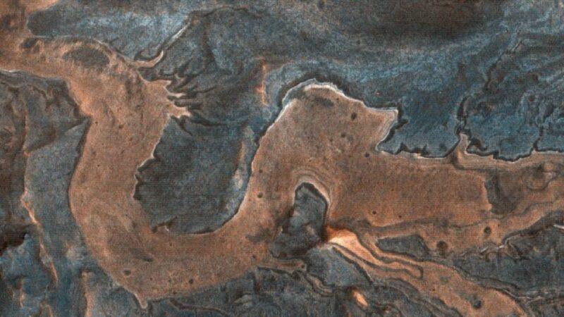 """NASA探测器拍到火星异象 发现一条盘踞的""""中国龙"""""""