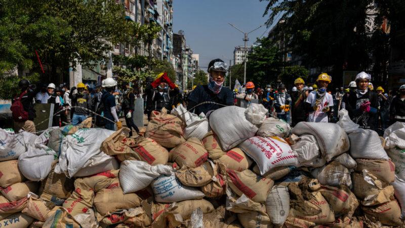 反缅甸军变 民众越边界逃难 逾百员警拒暴力镇压