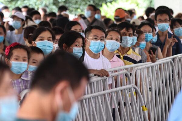 圖為7月21日,南京市民排隊做核酸檢測。(STR/AFP via Getty Images)