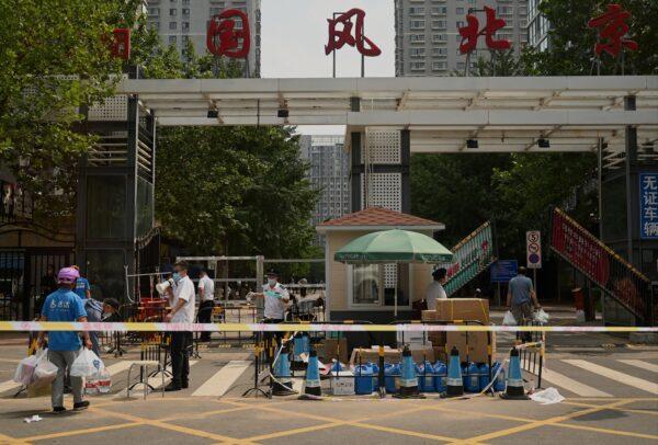 """8月4日,北京朝阳区望京""""国风北京""""小区被封。(NOEL CELIS/AFP via Getty Images)"""
