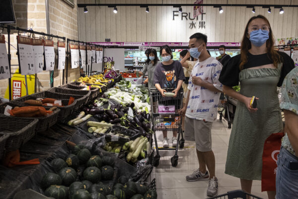 图为8月2日,大批武汉市民在超市购物、囤积物资。(Getty Images)