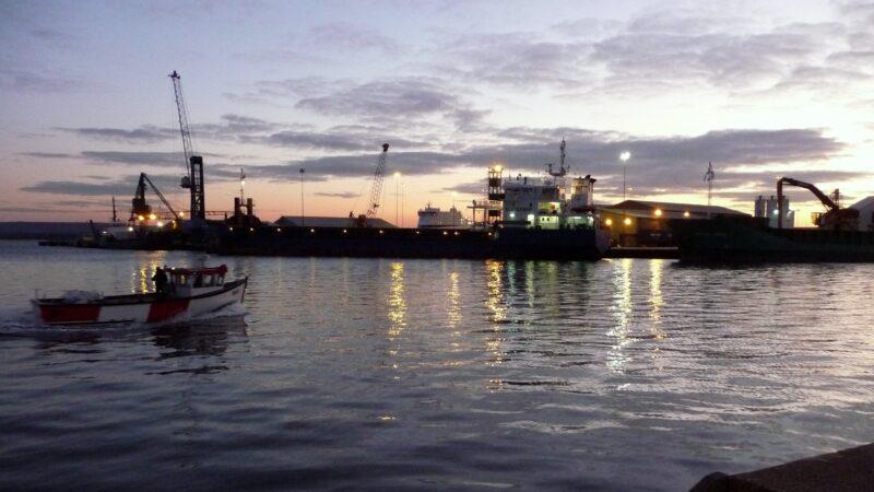 英18岁少年跳海勇救10名溺水童 自己却没上岸