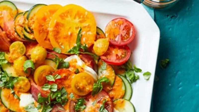 西红柿酱使这道清淡的西红柿沙拉更美味