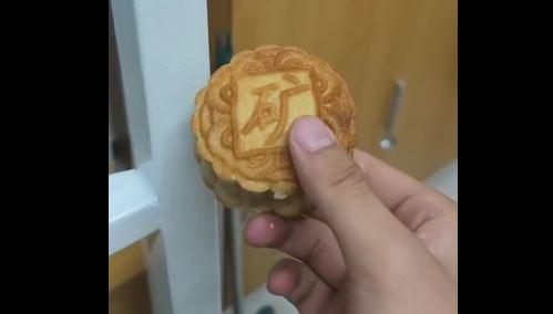 中国矿业大学月饼 敲完铁床后完好无损引热议