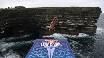 挑战极限 爱尔兰悬崖跳水世界系列赛创纪录