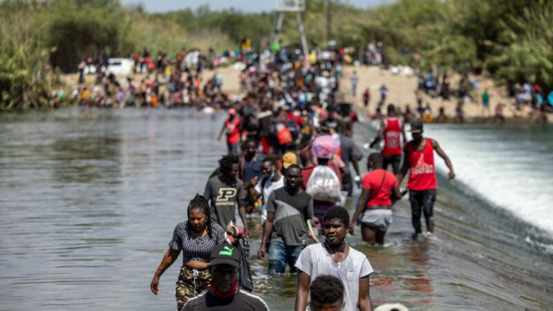 美遣返德州橋下非法移民 派三架包機直送回國