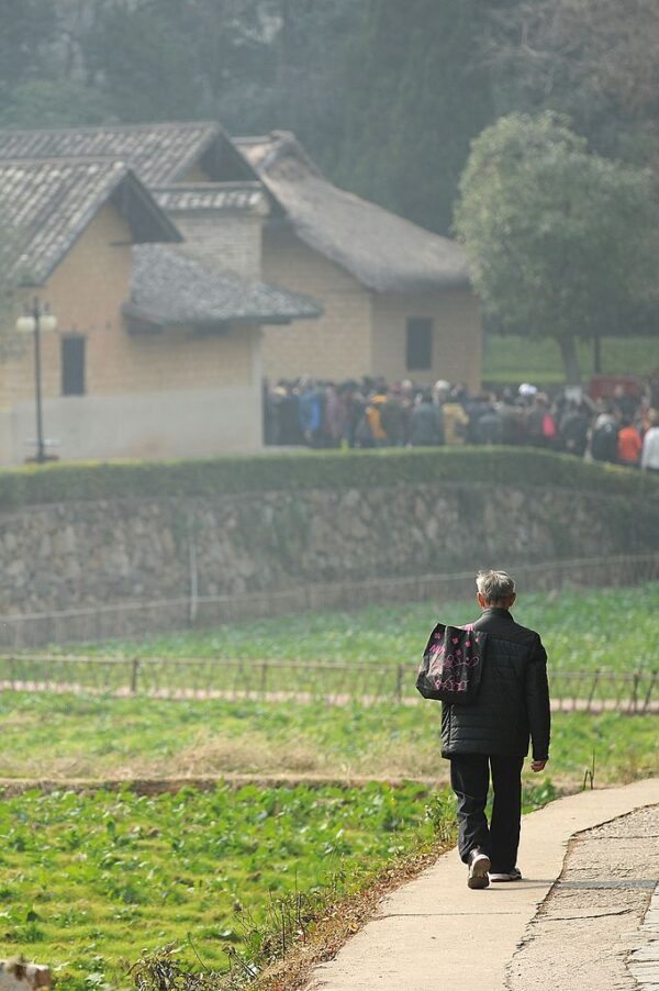 湖南益陽市桃江縣官方搭台的「都好養老公寓」爆雷。圖為2013年12月25日湖南韶山走在路上的老人。(WANG ZHAO/AFP via Getty Images)