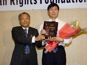 李洪志大师获奖 弟子代表领奖并致谢
