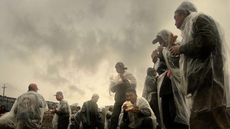 伊羅遜 :分析攝影《吃午餐的農民工》