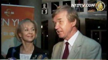 波兰著名艺术家夫妇被神韵感动落泪