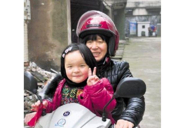 母坚持不懈按摩5年 脑瘫女儿成活泼女童