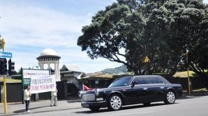 習近平訪新西蘭 目睹法輪功橫幅