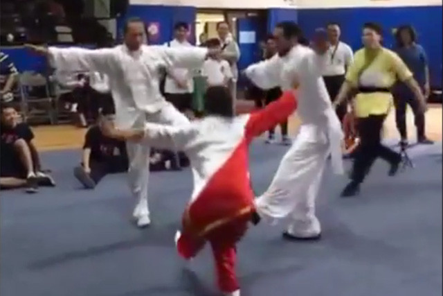 武林高手耍把戲 翻個跟頭都搞怪 爆笑(視頻)