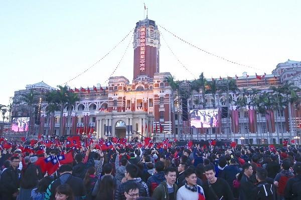 """台湾2017元旦升旗 """"继续向前行""""迎接新年"""