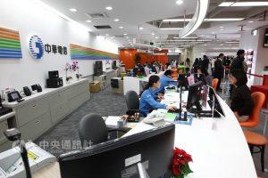 台灣大與遠傳4G吃到飽延至2月 中華電未決定