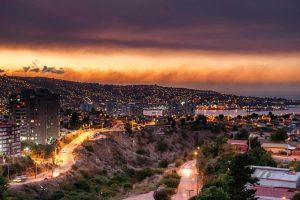 智利爆发森林野火难控制 烧毁上百间民房
